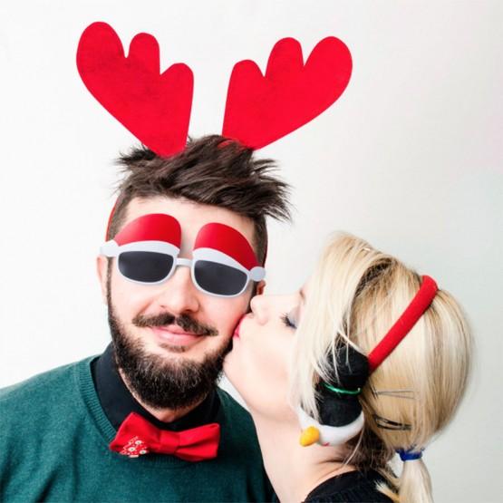 chico con diadema cuernos navidad