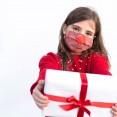 niña con mascarilla reno navideña