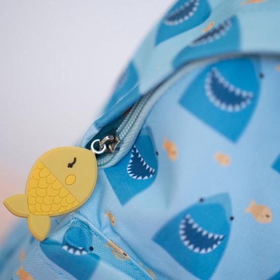 Detalle mochila tiburón
