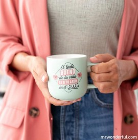 Chica con taza Mr. Wonderful