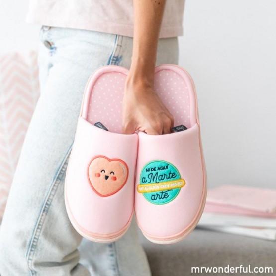 Mano con zapatillas Mr Wonderful